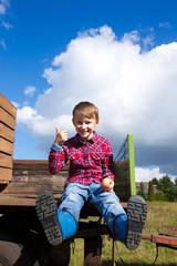 Kind sitzt auf einem Traktor