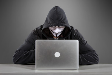 Anonymer Hacker vor Laptop