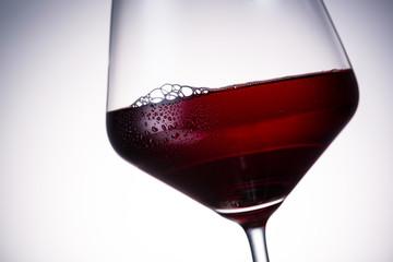 Rotweinglas mit tautropfen