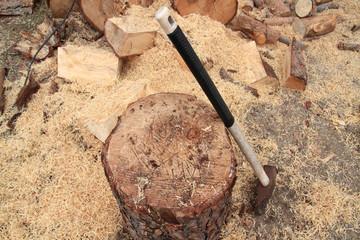 Spaccare la legna per la stagione fredda