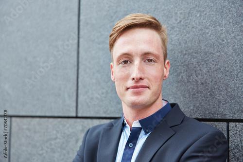 canvas print picture Junger Geschäftsmann im Anzug im Freien