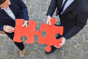 Zwei Geschäftsleute lösen Puzzle
