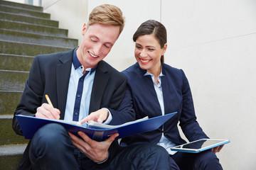 Geschäftsleute arbeiten unterwegs mit Akte und Tablet PC