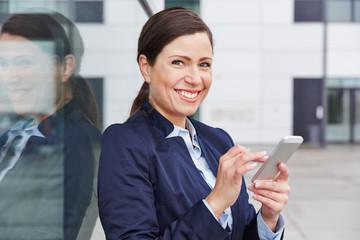 Geschäftsfrau liest Social Media Nachrichten auf Smartphone