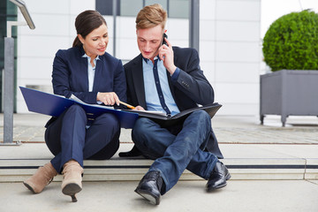 Geschäftsleute arbeiten zusammen an einem Vertrag