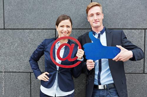 canvas print picture Geschäftsleute halten Daumen hoch und at-Zeichen