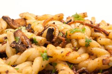Mehlwürmer-Pilze-Pasta-Pfanne