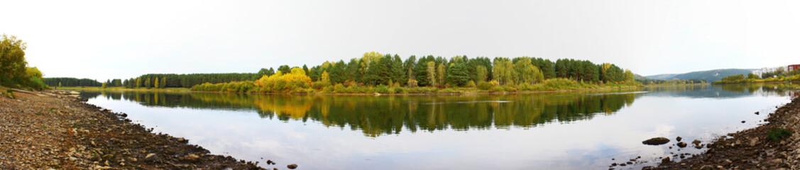 панорама на осенний лес и реку