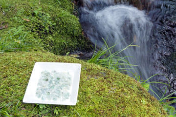 皿の上のヒスイと沢の流れ