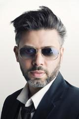 Uomo con occhiali da sole