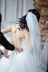 невесте застегивают платье