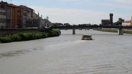 Battello turistico, veduta lungarni e ponte Solferino, Pisa