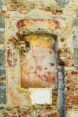 Nicchia muro di mattoni e pietra, antico, rovina
