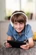 junge hört musik mit dem tablet-pc