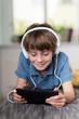 kind mit kopfhörern und tablet-pc