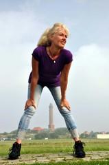 Eine Frau auf einer Insel mit Leuchturm