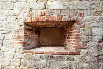 Nicchia, muro di mattoni e pietra, antico