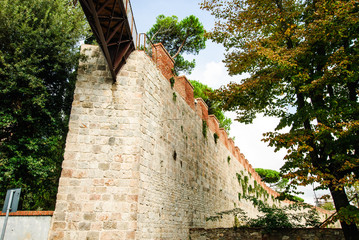 Ponte sospeso, passaggio sopraelevato, mura medioevale