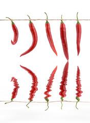 Czerwone papryczki wiszące na sznurku