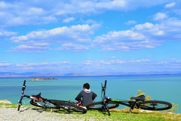 bisiklet molasında göl manzarası izlemek