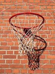 Basketballkorb an der Hauswand
