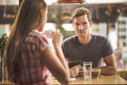 Młoda para na pierwszym dniu picia kawy