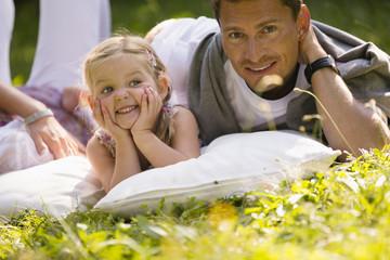 Vater und Tochter entspannen sich im Garten