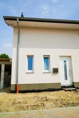 Wohnhausbau, Dachrinnenabfluss und Isolierung