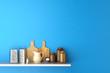 Regal in Küche mit Brettern und Reiben - 70666520