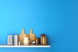 Regal in Küche mit Brettern und Reiben