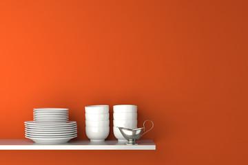 Geschirr und Sauciere auf Regal vor Wand