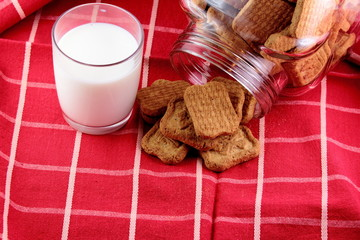 Biscotti e un bicchiere di llatte