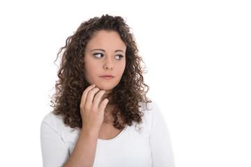 Unglückliche junge Frau isoliert auf weiß