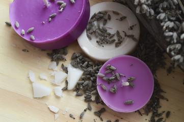 Benessere con candele, saponetta e semi di lavanda