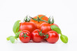 sechs tomaten mit basilikum