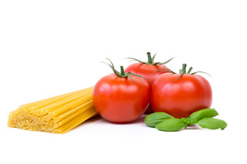 spaghetti, tomaten und basilikum
