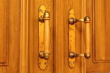 дверные ручки на двери
