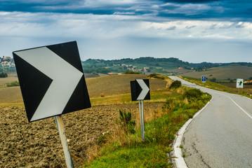 Paesaggio di campagna Toscana, strada vuota, agricoltura