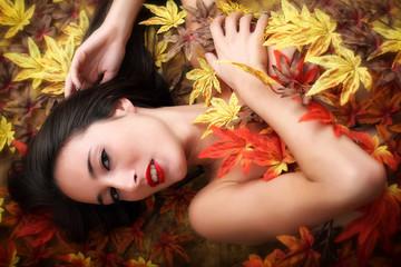 Ritratto di ragazza con foglie autunnali