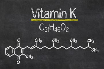 Schiefertafel mit der chemischen Formel von Vitamin K