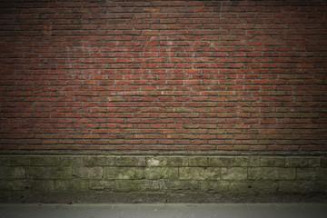 Hintergrund rote Backsteinwand mit Graffiti