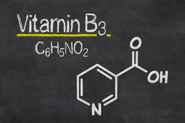 Schiefertafel mit der chemischen Formel von Vitamin B3