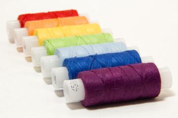 нитки швейные разноцветные