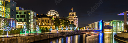 Poster Reichstag und Reichstagufer in Berlin bei Nacht