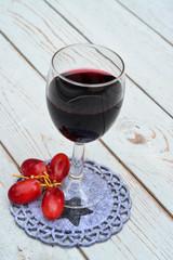 Glas rode wijn op ster onderzetter