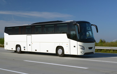 Reisebus auf Autobahn