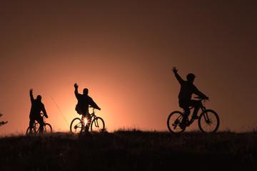 gündoğarken bisiklet sporu yapmak
