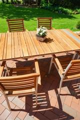 Terasse mit Gartenmöbel aus Holz