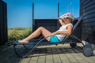 Frau sonnt sich auf der Terrasse