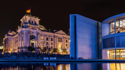 Reichstag und Paul-Löbe-Haus in Berlin bei Nacht